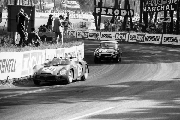 Le Mans, France 23rd - 24th June 1962.PedroRodriguez/Ricardo Rodriguez (Ferrari 246SP), retired, lead Peter Harper/ Peter Proctor (Sunbeam Alpine), 15th position, action. World Copyright: LAT Photographic.Ref: L - 203 - 17.