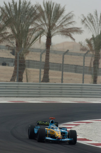2004 Bahrain Grand Prix - Sunday Race, 2004 Bahrain Grand Prix Bahrain International Circuit, Manama, Bahrain. 4th April 2004 Jarno Trulli, Renault R24. Action. World Copyright: Steve Etherington/LAT Photographic ref: Digital Image Only