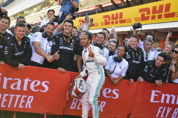 Race Winner Lewis Hamilton, Mercedes AMG F1 poses for a selfie with his team in Parc Ferme
