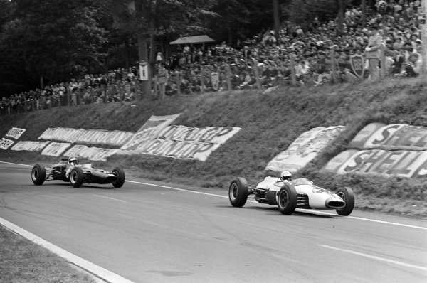 Mike Beckwith, Brabham BT10 Ford, leads Mike Spence, Lotus 35 Ford.