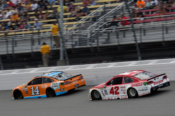 Monster Energy NASCAR Cup Series Pure Michigan 400 Michigan International Speedway, Brooklyn, MI USA Sunday 13 August 2017 Clint Bowyer, Stewart-Haas Racing, Nature's Bakery/Feeding America Ford Fusion and Kyle Larson, Chip Ganassi Racing, Target Chevrolet SS World Copyright: Nigel Kinrade LAT Images