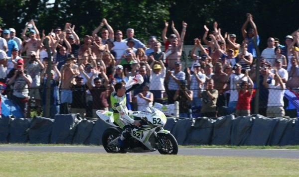 2007 World Superbike Championship. Brands Hatch, England. 3rd - 5th August 2007. James Toseland, Hannspree Honda CBR1000RR, celebrates his double victory with the crowd. Action, atmosphere. World Copyright: Kevin Wood/LAT Photographic ref: Digital Image