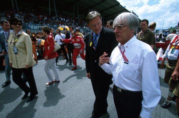 F1 supremo Bernie Ecclestone (GBR) chats to a VIP.