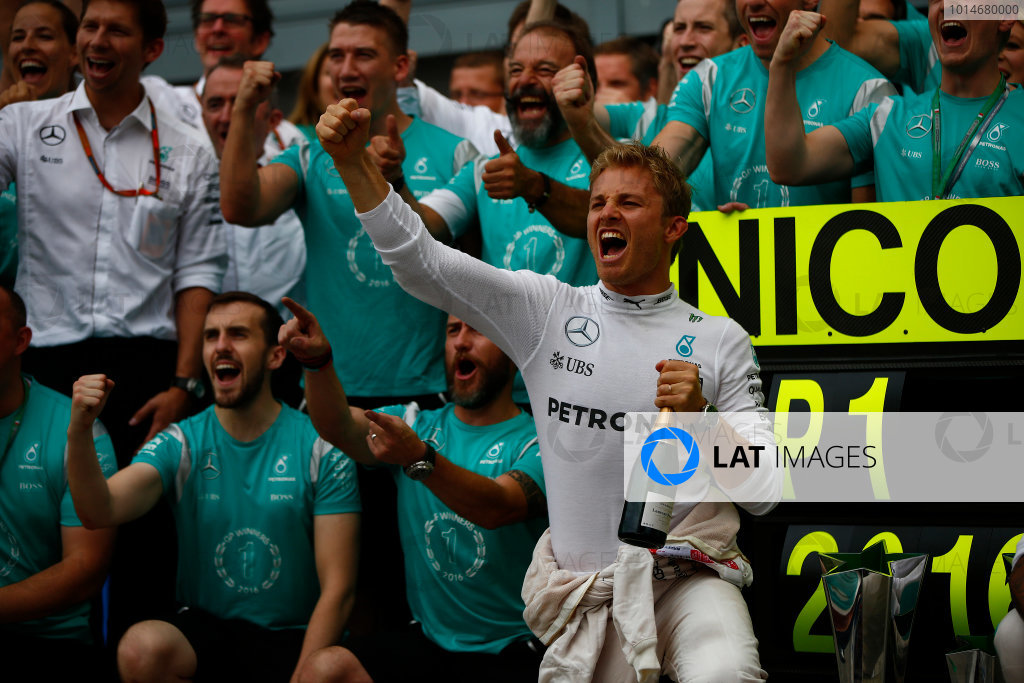 Autodromo Nazionale di Monza, Italy. Sunday 4 September 2016. Nico Rosberg, Mercedes AMG, 1st Position, celebrates with the Mercedes team. World Copyright: Andy Hone/LAT Photographic ref: Digital Image _ONZ7066