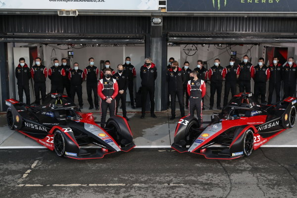Sebastien Buemi (CHE), Nissan e.Dams and Oliver Rowland (GBR), Nissan e.Dams stand with team for photo