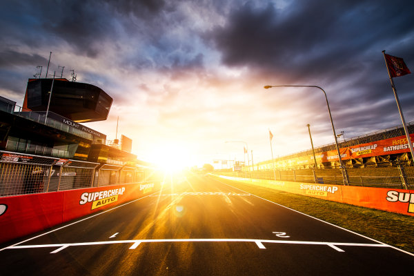 2017 Supercars Championship Round 11.  Bathurst 1000, Mount Panorama, New South Wales, Australia. Tuesday 3rd October to Sunday 8th October 2017. Start finish line. World Copyright: Daniel Kalisz/LAT Images Ref: Digital Image 031017_VASCR11_DKIMG_0072.jpg