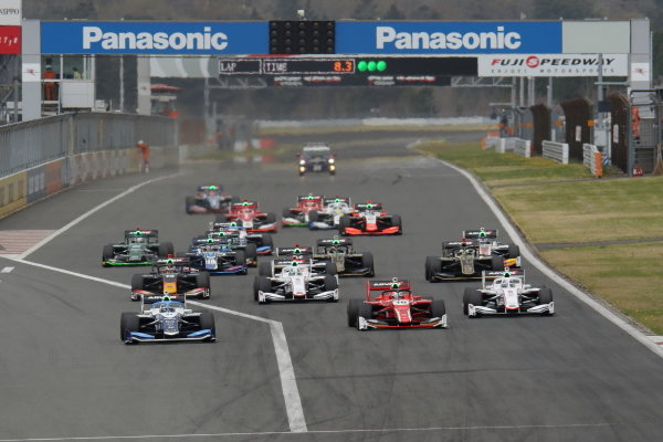 Toshiki Oyu ( #64 TCS NAKAJIMA RACING, Dallara SF 19 Honda), 2nd position, leads at the start