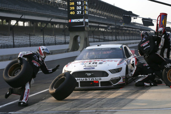 #2: Brad Keselowski, Team Penske, Ford Mustang Discount Tire pit stop