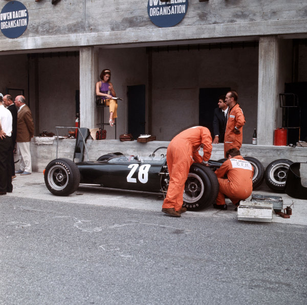 Monza, Italy. 2-4 September 1966.Jackie Stewart (BRM P83) in the pits.Ref-3/2367.World Copyright - LAT Photographic