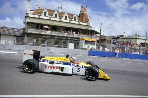 1986 Australian Grand PrixAdelaide, Australia. 24th - 26th October.Nigel Mansell (Williams FW11 Honda). Action.World Copyright: LAT Photographicref: 86 AUS 48
