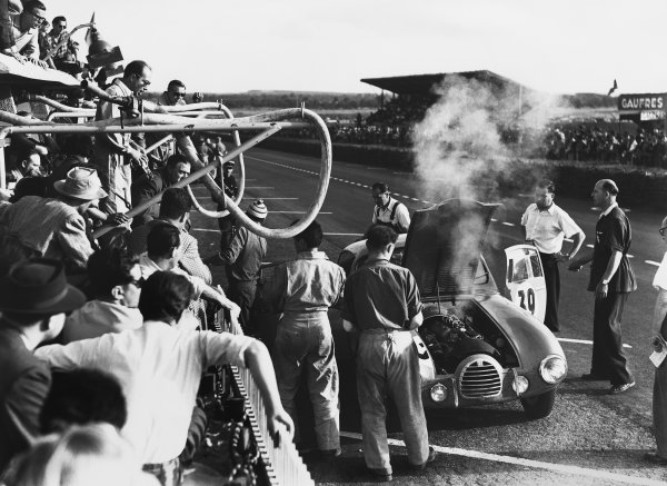 Le Mans, France. 24th - 25th June 1950 Maurice Trintignant / Robert Manzon (Simca-Gordini T15S), retired, in the pits, action. World Copyright: LAT Photographic Ref: B/WPRINT.