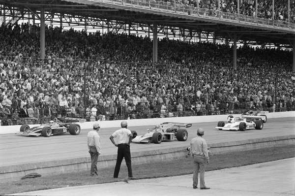 Mark Donohue, Penske Racing, Eagle 72 Offenhauser, alongside Johnny Rutherford, McLaren M16C Offenhauser. They lead Bobby Unser, All American Racers/Oscar Olson, Eagle 73 Offenhauser, and Mario Andretti, Vel Miletich, Parnelli VPJ-2 Offenhauser.