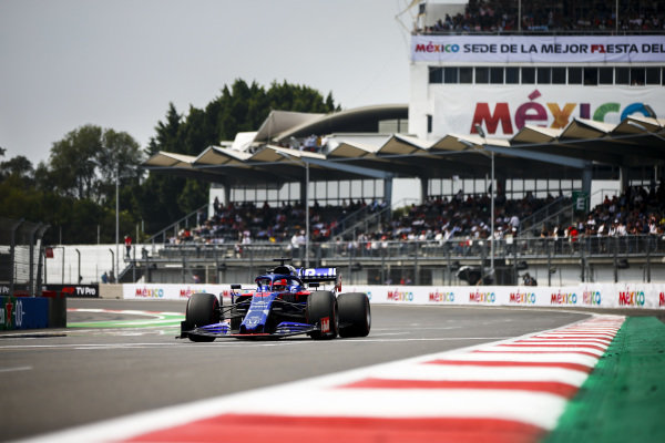 Daniil Kvyat, Toro Rosso STR14, drives to the grid prior to the start