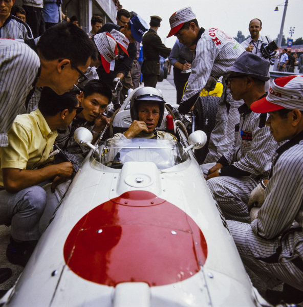 Richie Ginther, Honda RA273, in conversation with mechanics.