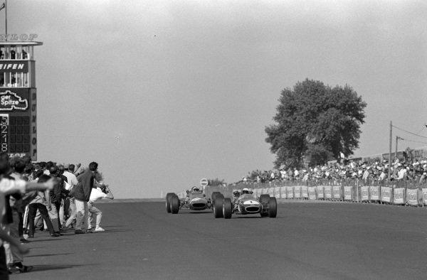 Jack Brabham, Brabham BT24 Repco, leads Chris Amon, Ferrari 312.
