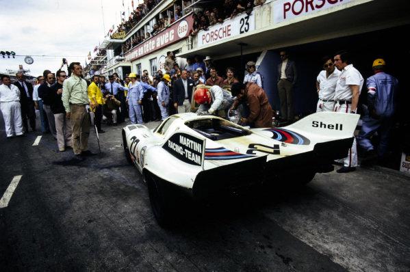 Dr. Helmut Marko / Gijs van Lennep, Martini International Racing Team, Porsche 917 K, makes a pitstop.