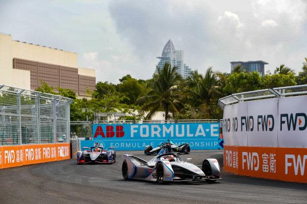 Edoardo Mortara (CHE) Venturi Formula E, Venturi VFE05, leads Robin Frijns (NLD), Envision Virgin Racing, Audi e-tron FE05, and Stoffel Vandoorne (BEL), HWA Racelab, VFE-05