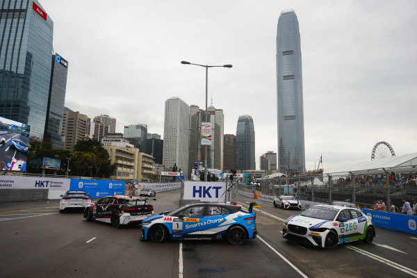 Simon Evans (NZL), Team Asia New Zealand leads Darryl O'Young (HKG), Jaguar VIP car and Sérgio Jimenez (BRA), Jaguar Brazil Racing