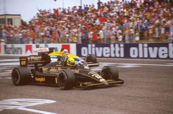 Paul Ricard, Le Castellet, France.4-6 July 1986.Ayrton Senna (Lotus 98T Renault) leads Nigel Mansell (Williams FW11 Honda) at the start.Ref-86 FRA 13.World Copyright - LAT Photographic