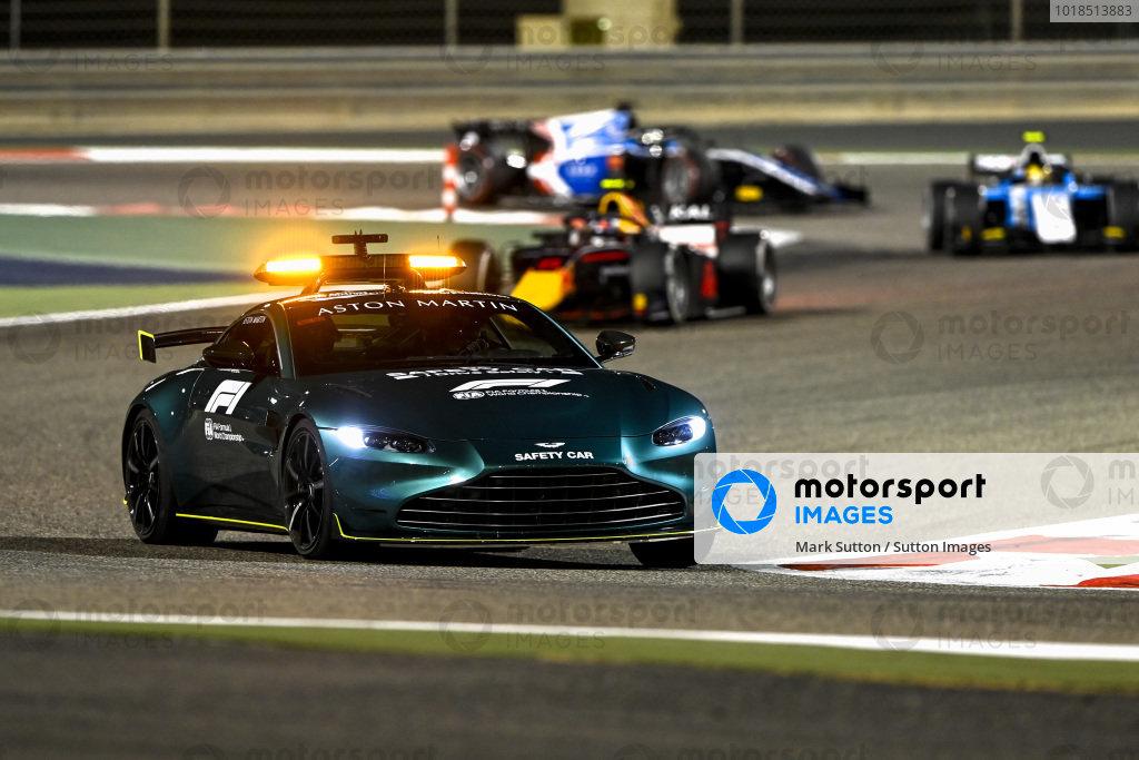 The Safety Car leads Juri Vips (EST, Hitech Grand Prix), and Lirim Zendeli (DEU, MP Motorsport)