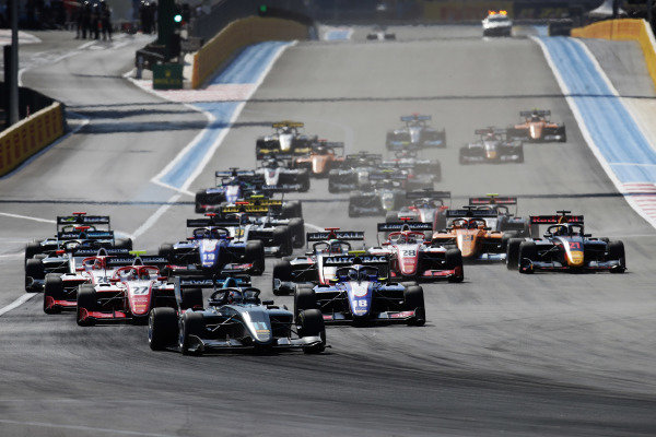 Jake Hughes (GBR) HWA RACELAB, leads Pedro Piquet (BRA) Trident and Jehan Daruvala (IND) PREMA Racing, at the start of the race