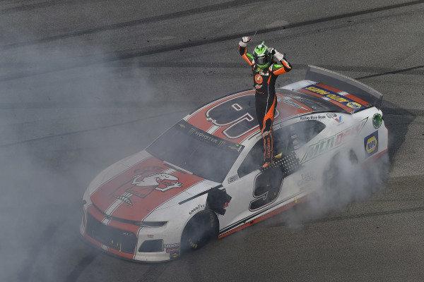 #9: Chase Elliott, Hendrick Motorsports, Chevrolet Camaro Mountain Dew / Little Caesar's celebrates his win