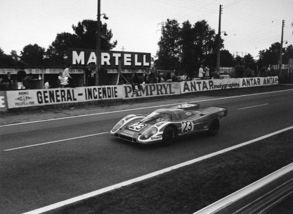 1970 Le Mans 24 hours. Le Mans, France. 13th - 14th June 1970. Hans Herrmann / Richard Attwood (Porsche 917K), 1st position, action. World Copyright: LAT Photographic. Ref:  L70 - 566 - 33A.