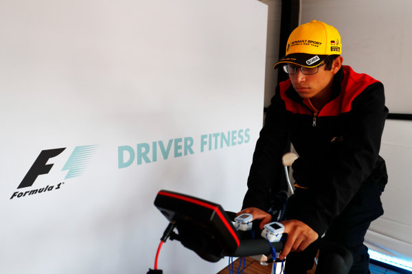 Autodromo Hermanos Rodriguez, Mexico City, Mexico. Sunday 29 October 2017. Fans get involved on exercise bikes with an F1 driver fitness display. World Copyright: Sam Bloxham/LAT Images  ref: Digital Image _W6I0577