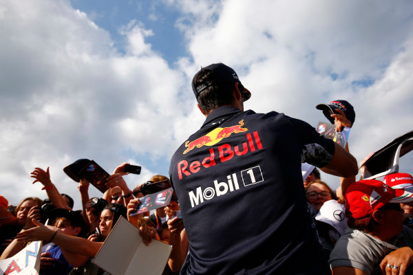 Spa Francorchamps, Belgium.  Thursday 24 August 2017. Daniel Ricciardo, Red Bull Racing, signs autographs for fans. World Copyright: Andy Hone/LAT Images  ref: Digital Image _ONZ8453