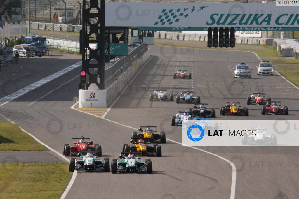 2015 Japanese Formula 3 Championship. Suzuka, Japan. 18th - 19th April 2015. Rd 1 & 2. Rd.1 Start of the race action World Copyright: Yasushi Ishihara/LAT Photographic. Ref: 2015JF3_Rd1&2_001