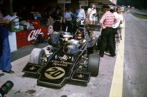 1972 Austrian Grand Prix.  Osterreichring, Zeltweg, Austria. 11-13th August 1972.  Emerson Fittipaldi, Lotus 72D Ford, in the pits with Colin Chapman.  Ref: 72AUT63. World Copyright: LAT Photographic