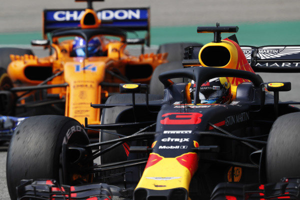 Daniel Ricciardo, Red Bull Racing RB14 Tag Heuer, leads Fernando Alonso, McLaren MCL33 Renault.
