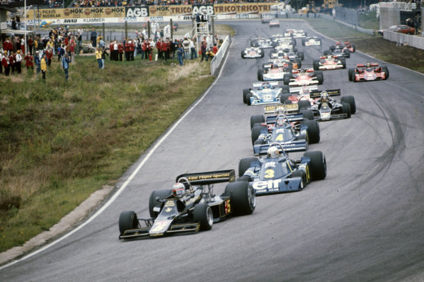 Mario Andretti, Lotus 77 Ford takes the lead from pole sitter Jody Scheckter, Tyrrell P34 Ford at the start.