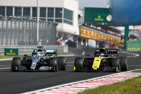 Lewis Hamilton, Mercedes AMG F1 W10, puts a lap on Daniel Ricciardo, Renault R.S.19