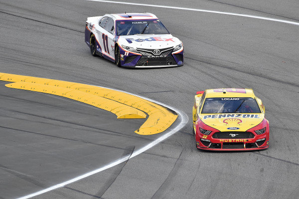 #22: Joey Logano, Team Penske, Ford Mustang Shell Pennzoil and #11: Denny Hamlin, Joe Gibbs Racing, Toyota Camry FedEx Express