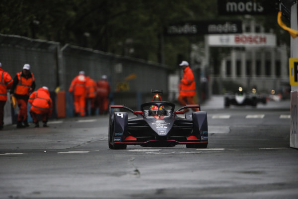 Robin Frijns (NLD), Envision Virgin Racing, Audi e-tron FE05, passes the marshals as they clear the track