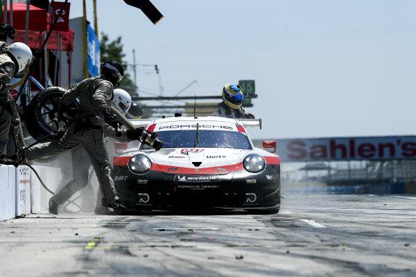#911 Porsche Team North America Porsche 911 RSR, GTLM: Patrick Pilet, Nick Tandy pit stop.