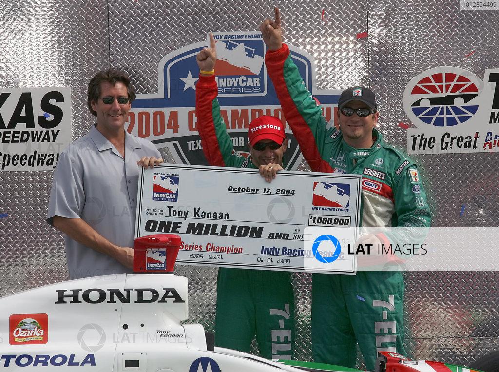 15-17 October, 2004, Texas Motor Speedway, Fort Worth, Texas, Tony Kanaan celebrates with Tony George and his crew, - Michael Kim, USA LAT Photographic
