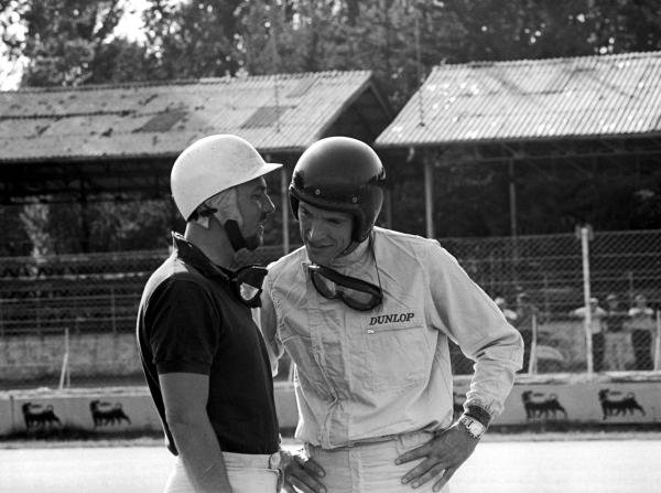 Sixth place finisher Jo Bonnier (SWE) (Left) has a word with his Porsche team mate Dan Gurney (USA) who retired but was classified thirteenth. Italian Grand Prix, Monza, 16 September 1962.