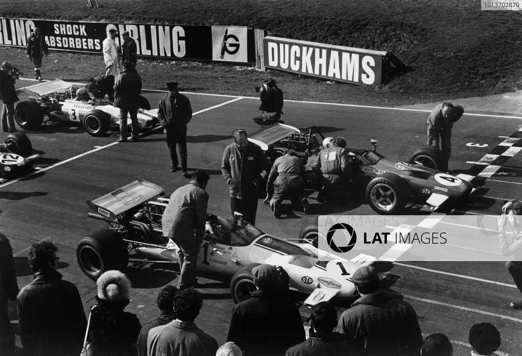 1970 Guards Formula 5000 Championship. Brands Hatch, England. 30th March 1970. Rd 2. Peter Gethin (McLaren M10B-Chevrolet), 1st position, lines up next to Mike Walker (McLaren M10B-Chevrolet), 4th position, on the grid, action. World Copyright: LAT Photographic. Ref:  B/W Print.