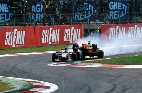 Tora Takagi (JPN) Arrows A20 mounts Luca Badoer's Minardi at the first chicane