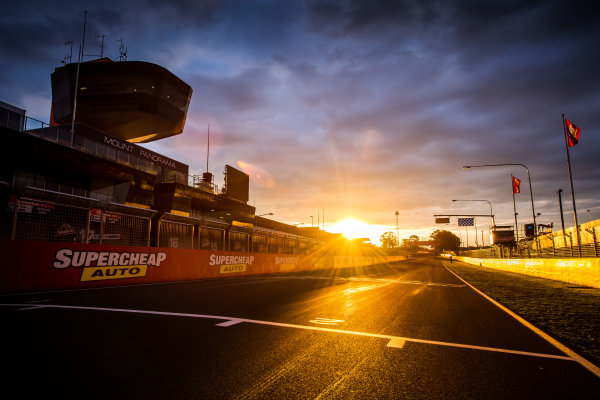 2017 Supercars Championship Round 11.  Bathurst 1000, Mount Panorama, New South Wales, Australia. Tuesday 3rd October to Sunday 8th October 2017. Start finish line. World Copyright: Daniel Kalisz/LAT Images Ref: Digital Image 031017_VASCR11_DKIMG_0089.jpg
