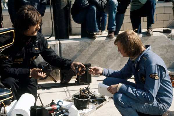 Watkins Glen, New York, USA. 4 - 6 October 1974. Ronnie Peterson (Lotus 72E-Ford), retired, chats with his mechanic in the pits, portrait.  World Copyright: LAT Photographic. Ref:  74USA