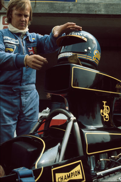 Monza, Italy. 7th September 1975. Ronnie Peterson (Lotus 72E-Ford), retired, checking his helmet in the pits, portrait.  World Copyright: LAT Photographic. Ref:  75ITA22