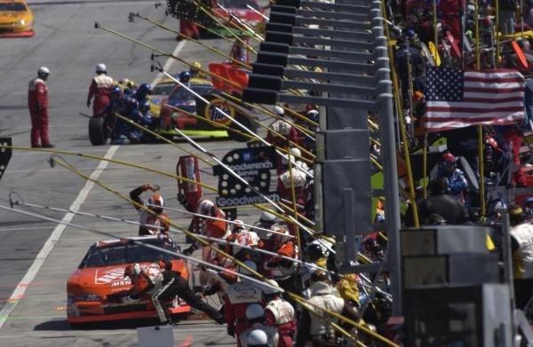 Pit stop action at AtlantaMBNA America 500, Atlanta Motor Speedway, USA. Qualifying - 09 March 2002.DIGITAL IMAGE