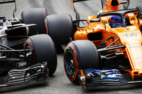 Kevin Magnussen, Haas F1 Team VF-18 Ferrari, and Fernando Alonso, McLaren MCL33 Renault, go wheel-to-wheel.n