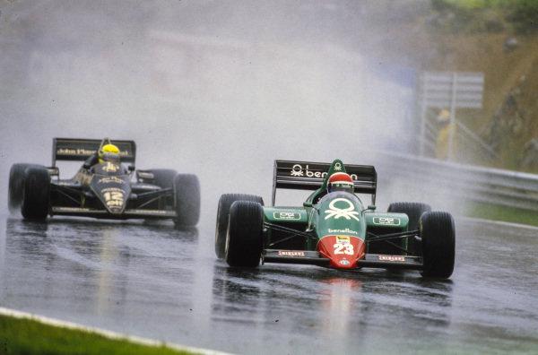 Eddie Cheever, Alfa Romeo 185T, leads Ayrton Senna, Lotus 97T Renault.