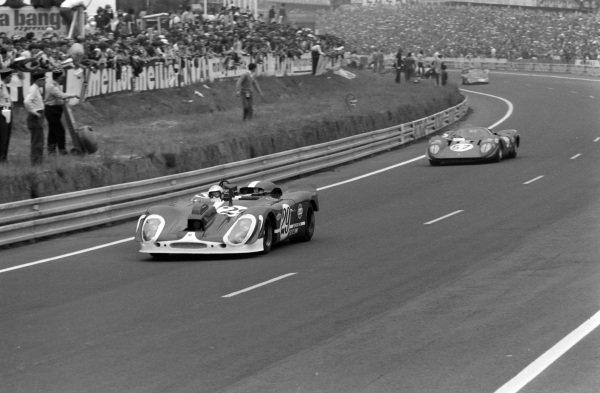 Herbert Linge / Jonathan Williams, Solar Productions, Porsche 908/02 (Camera car), leads Tony Adamowicz / Chuck Parsons, North American Racing Team, Ferrari 312P Coupè.