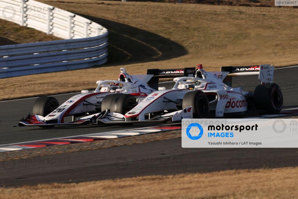 2020 Super Formula drivers' champion Naoki Yamamoto ( #5 DOCOMO TEAM DANDELION RACING, Dallara SF19 Honda ), 5th place, battles with Ryō Hirakawa (#20 Itochu Enex Team Impul, Dallara SF19 Toyota), 6th place
