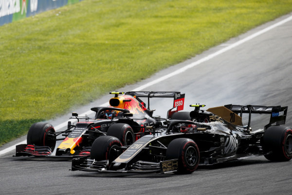 Kevin Magnussen, Haas VF-19 and Alexander Albon, Red Bull RB15 battle